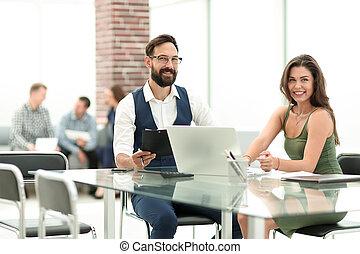 koledzy, biuro, handlowy, posiedzenie, ich, biurko