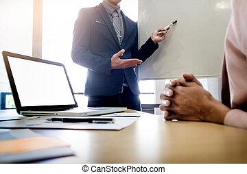 koledzy, biuro, jej, kobieta interesu, pytanie, jasny, pytając, podczas, prezentacja