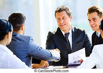 koledzy, handlowy, posiedzenie, spotkanie stół, dwa ręki,...