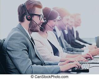 koledzy, jego, środek, pracujący, młody, rozmowa telefoniczna, pociągający, człowiek