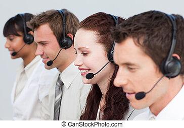 koledzy, kobieta, środek, jej, pracujący, rozmowa telefoniczna, uśmiechanie się