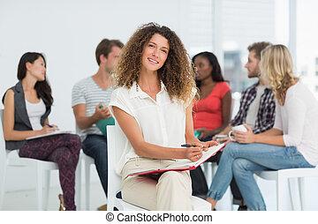 koledzy, kobieta, biuro, jej, znowu, twórczy, patrząc, mówiąc, za, aparat fotograficzny, uśmiechanie się