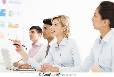 koledzy, kobieta, pokój, handlowy, uśmiechanie się, spotkanie