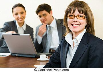 koledzy, kobieta, tło, biuro, mądry