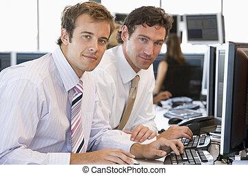 koledzy, komputer, pracujący razem