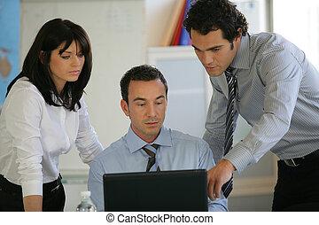 koledzy, laptop, trzy