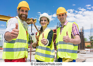 koledzy, pokaz, do góry, trzy, zbudowanie, kciuki, drużyna