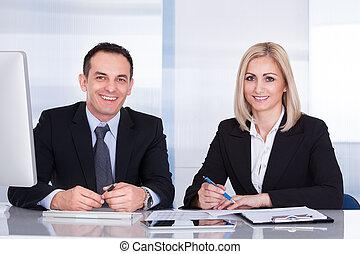 koledzy, pracujące biuro, handlowy, razem, szczęśliwy