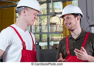 koledzy, z, fabryka, dyskutując, podczas, praca