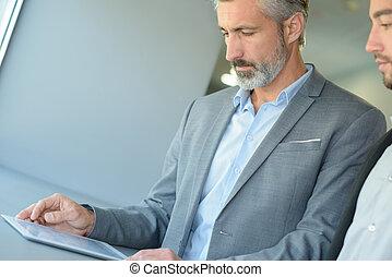 kolega, informacja, jego, tabliczka, pokaz, biznesmen