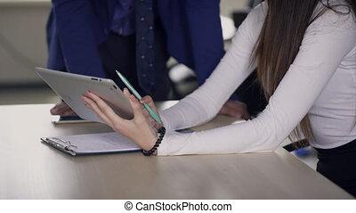 kolega, objaśniając, kobieta, work., tabliczka, szczegóły, siła robocza