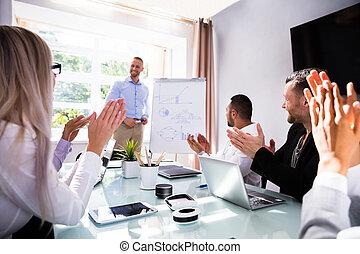 kolega, oklaskując, po, businesspeople, ich, prezentacja