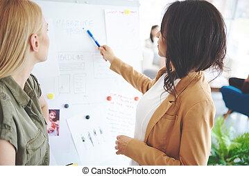 kolega, projekt, kobieta, dyskutując handlowy