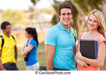 kolegium, przyjaciele, młody, outdoors