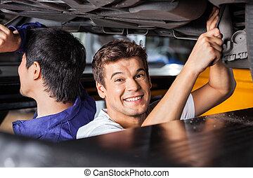 kollege, hoben, arbeitende , automechaniker, unter, glücklich