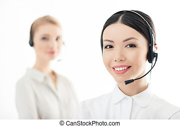 kollege, kopfhörer, zentrieren, freigestellt, hinten, rufen, bediener, lächeln, weißes