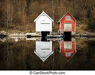 kolnes, en, norway:, dos, viejo, de madera, boathouses, reflejado adentro, el, calma, ocean., noruego, costa del oeste, noruega