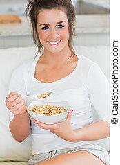 kom, het glimlachen van het meisje, graan, eten