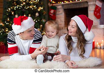 kominek, leżący, mały, rodzina, syn, boże narodzenie, szczęśliwy, drzewo