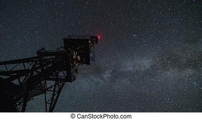 kommunikationsturm, in, sternennacht, zeit, lapse., bewegen, sternen, himmelsgewölbe, mit, milchstraße, galaxie