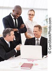 kommunizieren, meeting., leute, fällig, geschaeftswelt, sitzen, sie, mann, schließen, mannschaft, zwei, heiter, tisch, noch ein, stehende , formalwear, während