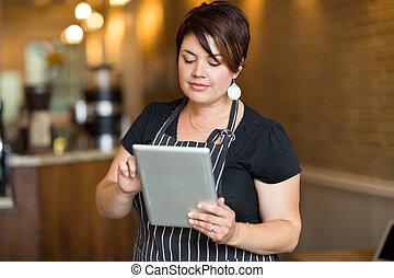 kompress, kvinnlig, digital, ägare, användande, cafe