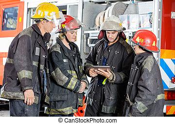 komputer, tabliczka, ogień, firefighters, stacja, używając