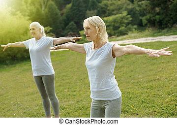 koncentrerat, äldre, damen, sträckande, ute, vapen, medan, exercerande