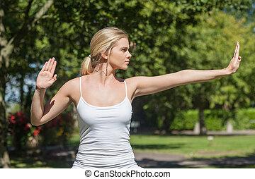 koncentrerat, kvinna, yoga, ung