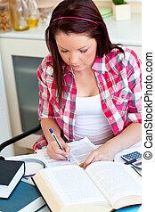 koncentrerat, student, gör, henne, hemarbete, hemma