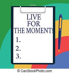 konceptualny, wręczać pisanie, pokaz, żywy, dla, przedimek określony przed rzeczownikami, moment., handlowy, fotografia, showcasing, cieszyć się, dzisiaj, szczęśliwy, styl życia, odprężony, czuć się, motywowany, listek, od, obligacja, papier, na, clipboard, z, długopis, tekst, space.