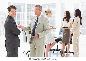 konferencja, ludzie mówiące, handlowy, razem, pokój