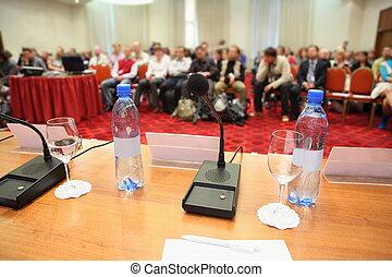 konferenz, in, hall., flasche, mikrophon, glas, und, stift, auf, a, tisch., fokus, auf, vorrichtung, in, zentrum