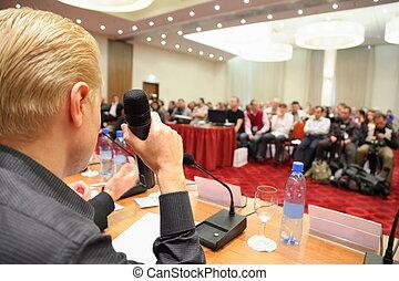 konferenz, in, hall., mann, mit, microphone., fokus, auf, a, hand, mit, microphone.