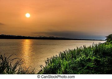 kong, río, frontera, entre, tailandia, y, laos, debajo, el, salida del sol, en, nakhonphanom