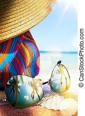 konst, halmhatt, väska, och, sol glasögon, på, a, tropical strand
