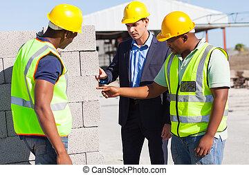 konstruktion arbetare, med, deras, chef, kontroll, tegelstenar