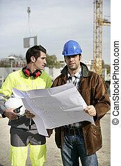 konstruktion arbetare, tittande vid, plats, planer