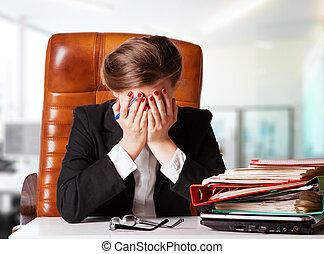 kontor, siddende, businesswoman, moden, skrivebord, portræt, narret