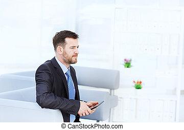 kontor, sittande, soffa, se, kamera, affärsman, lycklig