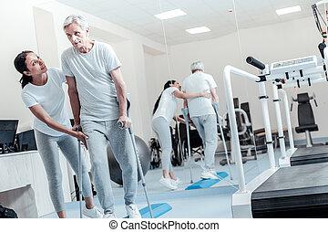 konzentriert, baby-boomer, schwierig, gehen, mit, gehende stöcke