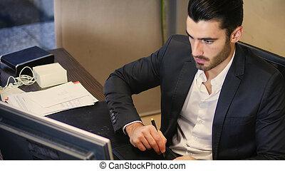 konzentriert, mann, gebrauchend, graphische tablette, in, buero