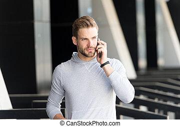 konzentriert, städtisch, bart, gespräch, bewegliche kommunikation, concept., me., gesicht, hintergrund., rufen, talk, spaziergänge, antwort, ernst, kerl, mann, smartphone, smartphone., hören