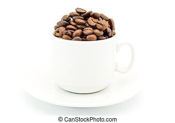 kop, op, een, schotel, gevulde, met, koffie bonen, vrijstaand, op wit, achtergrond