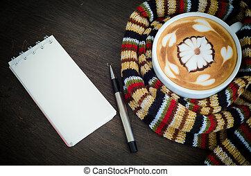 kop van koffie, omringde, de, warme, sjaal, en, merk boek op