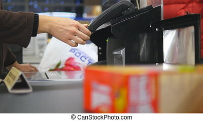 koper, lonend, voor, producten, op, checkout., voedsel, op, lopendeband, op, de, supermarket., contant, bureau, met, kassier, en, terminal, in, hypermarket., werkende , van, cashier., shoppen , op, store., dichtbegroeid boven