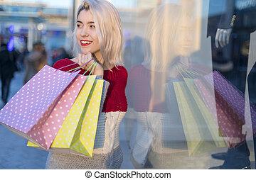 koper, vrouw het lopen, en, shoppen , in, de, straat, in, zomer, vasthouden, zakken