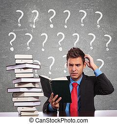 kopf, seine, geschaeftswelt, während, kratzen, lesende , ...