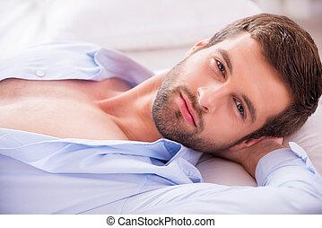 kopf, unbuttoned, mã¤nnerhemd, hübsch, draufsicht, bed.,...