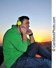 kopfhörer, durch, zuhören, musik, mann